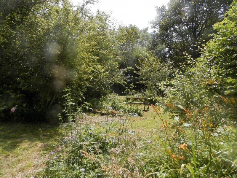 Een-van-de-zitjes-in-de-omheinde-tuin.